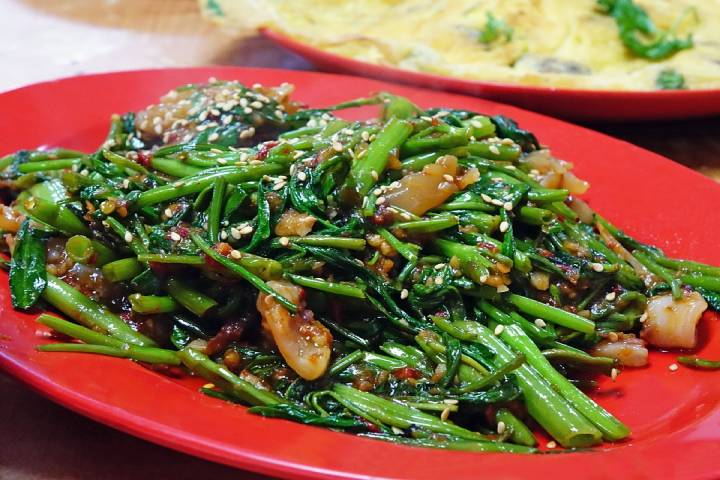 Spinach with cod and raisins